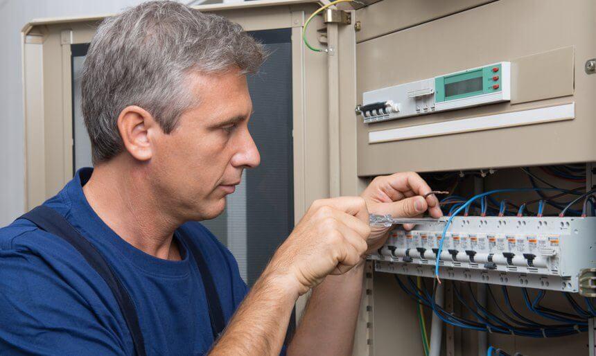 Elektryk z uprawnieniami – zalety wykwalifikowanego fachowca